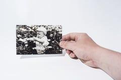 La vecchia foto di carta dentro equipaggia le mani immagini stock libere da diritti