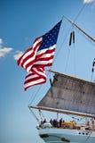 La vecchia gloria vola sull'aquila alta americana della nave Immagine Stock