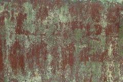 La vecchia lamina di metallo, nociva tramite corrosione con i punti di esfoliare, ha sbiadito la pittura verde Priorità bassa per Immagine Stock