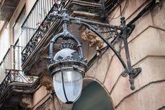La vecchia lampada di via d'annata ha montato sulla parete alla via della città di Barcellona, Spagna Immagine Stock Libera da Diritti