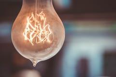 La vecchia lampadina sul soffitto del caffe Fotografie Stock
