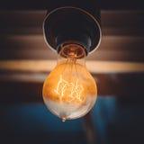 La vecchia lampadina sul soffitto del caffe Fotografia Stock Libera da Diritti