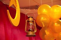 La vecchia lanterna d'attaccatura, lampada a olio d'annata accesa di A con i rivestimenti protettivi che pendono dal soffitto, Du Fotografia Stock