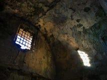 La vecchia luce solare rovinata della prigione della prigione entra da una finestra Fotografia Stock Libera da Diritti