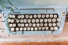 La vecchia macchina da scrivere manuale digita la lingua tailandese fotografie stock