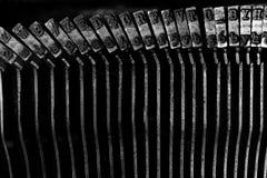 La vecchia macchina da scrivere placca i percussori Strykers con le lettere ed i simboli Fotografie Stock