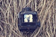 La vecchia macchina fotografica si trova sull'erba asciutta Fotografia Stock