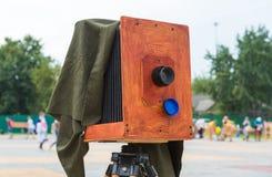 La vecchia macchina fotografica sulla via Immagine Stock