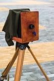 La vecchia macchina fotografica sulla via Fotografia Stock Libera da Diritti