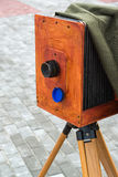La vecchia macchina fotografica sulla via Fotografia Stock