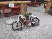 La vecchia motocicletta arrugginita fotografia stock