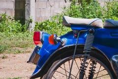 La vecchia motocicletta ha migliorato i colori e gli accessori lo rendono bello e dominante che il modello corrente fotografia stock libera da diritti
