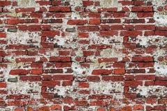 La vecchia muratura del mattone con lo stucco grigio bianco tagliato ha screpolato il tempo immagine stock