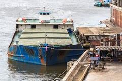 La vecchia nave da carico si è messa in bacino al molo nel fiume Fotografia Stock Libera da Diritti