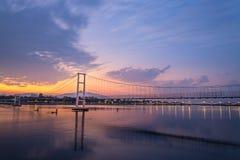 La vecchia nuvola commovente del ponte di legno Fotografia Stock