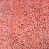 La vecchia parete del condominio è rossa Struttura della superficie sbucciata Fotografie Stock Libere da Diritti