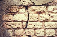 La vecchia parete del mattone bianco con un gesso rotto e incrinato sottragga la priorità bassa fotografie stock libere da diritti