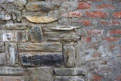 La vecchia parete di pietra, collegante la muratura due: a sinistra è il resti antico della muratura fatto dalle pietre naturali  Immagini Stock Libere da Diritti