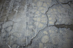 La vecchia parete grigia ha rotto il calcestruzzo Immagine Stock