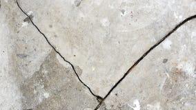La vecchia parete grigia ha rotto il calcestruzzo Fotografia Stock Libera da Diritti