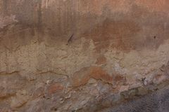 La vecchia parete misera che mostra parecchi strati immagini stock libere da diritti