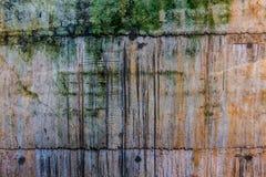 La vecchia parete reale di lerciume, sporche con ruggine marrone, muschio verde e fotografie stock libere da diritti