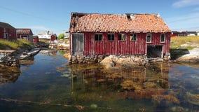 La vecchia pesca norvegese ha abbandonato la casa, un posto per la barca stock footage