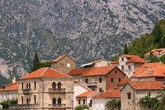 La vecchia pietra alloggia la destinazione turistica famosa Perast Immagini Stock