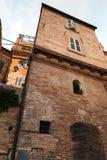 La vecchia pietra alloggia le facciate di Fermo Immagine Stock