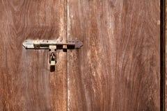 La vecchia porta di legno con la chiave di serratura a scatto immagine stock libera da diritti