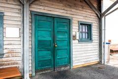 La vecchia porta di legno e la finestra di vetro nel telaio Fotografia Stock Libera da Diritti
