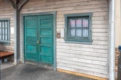 La vecchia porta di legno e la finestra di vetro nel telaio blu Fotografia Stock Libera da Diritti