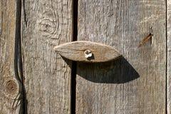 La vecchia porta di legno fissa una vecchia parete della plancia Fotografia Stock