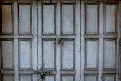 La vecchia porta di legno grigia era chiusa fotografia stock libera da diritti