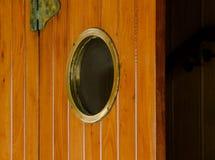 La vecchia porta di legno marrone della nave fotografie stock