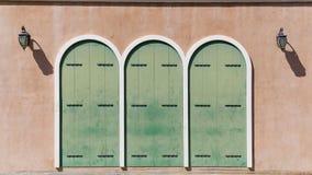 La vecchia porta falsa di legno decora su una casa immagini stock libere da diritti