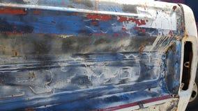 La vecchia porta posteriore del camion molti dipinge gli strati Immagine Stock