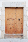 La vecchia porta su una parete bianca Fotografie Stock