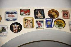 La vecchia pubblicità obietta in un ristorante ed in una cantina originali della birra a Roma Italia Fotografia Stock Libera da Diritti