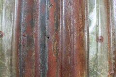 La vecchia putrefazione rossa erode la struttura del fondo dello zinco fotografia stock libera da diritti