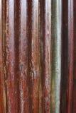 La vecchia putrefazione rossa erode la struttura del fondo dello zinco fotografia stock