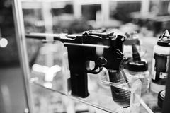 La vecchia retro pistola sugli scaffali immagazzina le armi sul centro del negozio Immagine Stock Libera da Diritti