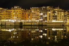 La vecchia riva del fiume della città alloggia le riflessioni nel Arno Fotografie Stock Libere da Diritti