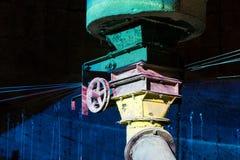 La vecchia ruota del ferro sul tubo industriale colorato allinea Immagini Stock Libere da Diritti
