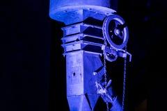 La vecchia ruota del ferro sul tubo industriale colorato allinea Fotografie Stock Libere da Diritti