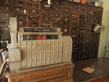 La vecchia scatola dei contanti nella farmacia d'annata fotografia stock libera da diritti
