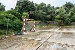La vecchia scuola abbandonata mette in mostra la corte o il cortile della scuola per CA differente Fotografia Stock Libera da Diritti