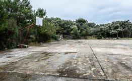 La vecchia scuola abbandonata mette in mostra la corte o il cortile della scuola per CA differente Fotografie Stock Libere da Diritti