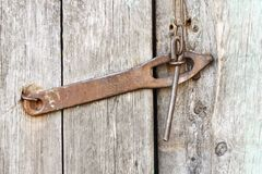 La vecchia serratura antica del ferro, il chiavistello senza molla di scatto, bullone sulla porta non è primo piano dipinto fotografia stock libera da diritti