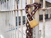 La vecchia serratura arrugginita ha arrugginito catena sul portone arrugginito del ferro Fotografia Stock Libera da Diritti